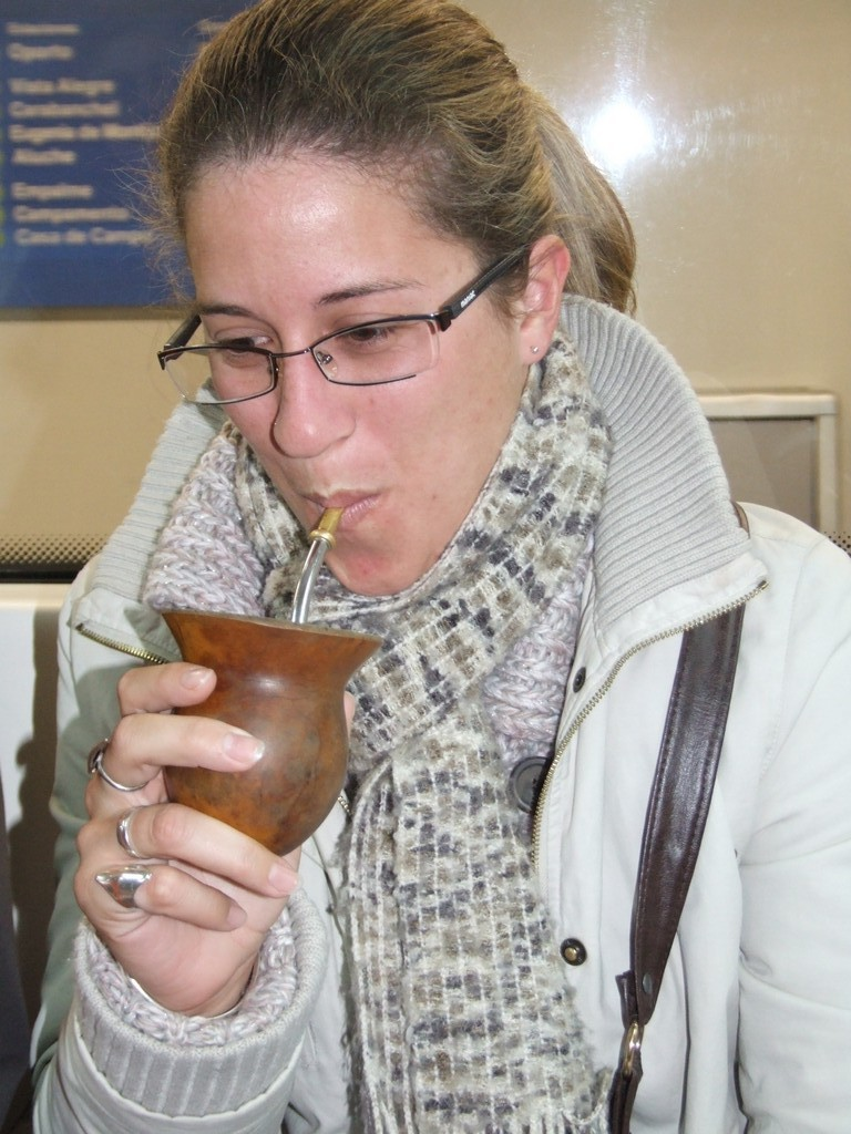 Argentine drinks her herb tea on the Metro