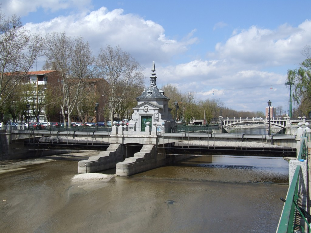 Weir and gate across the Rio Manzanares