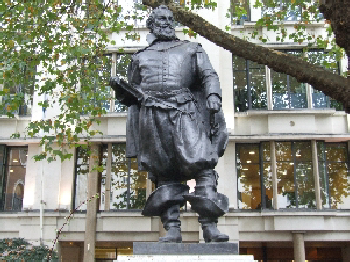 Statue of Captain John Smith in churchyard of St Mary le Bow