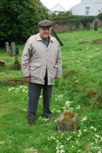 DSC_9620 Victor Tearle stands next to his fathers grave Lostwithiel